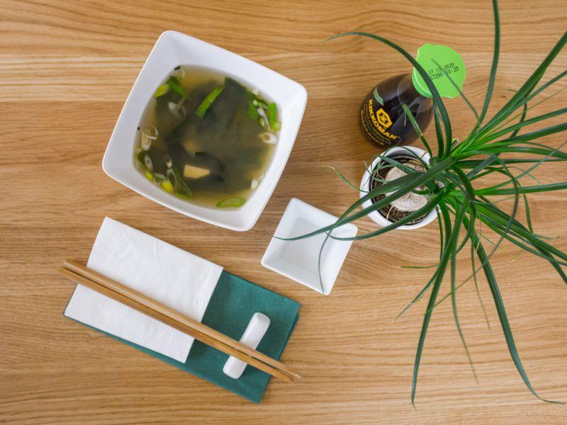 japonská polévka ze sojových bobů s lososem, tuňákem nebo tofu a mořskými řasami